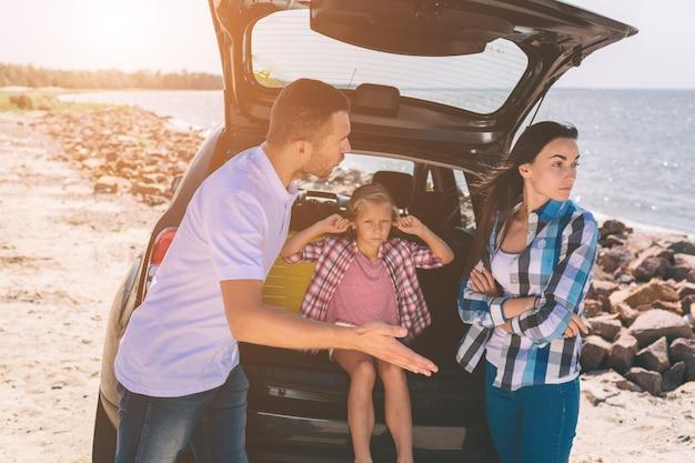 Het beeld van een familieruzie in de auto