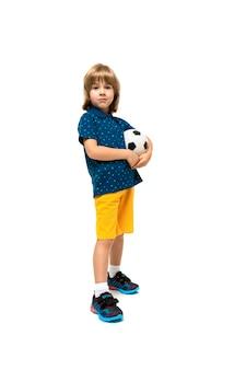 Het beeld van een tiener kaukasische jongen bevindt zich met voetbalbal die op wit wordt geïsoleerd
