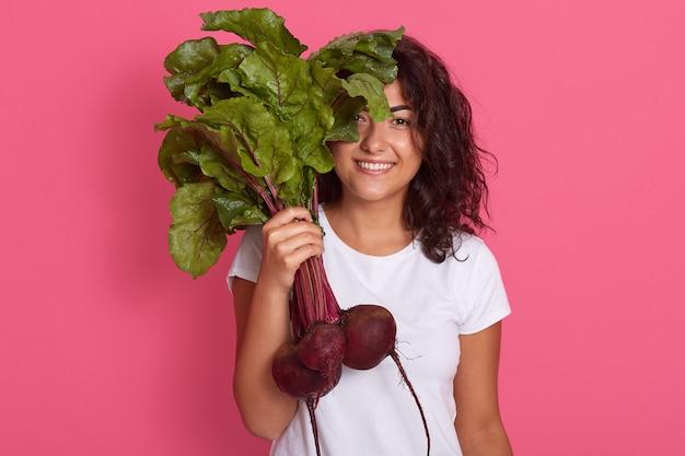 Het beeld van gelukkig jong tuinmanmeisje kleedt witte toevallige t-shirt
