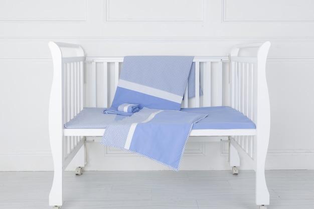 Het beeld van het bed van het kind onder de witte achtergrond