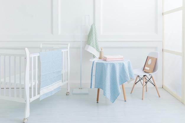 Het beeld van het bed van het kind onder het wit
