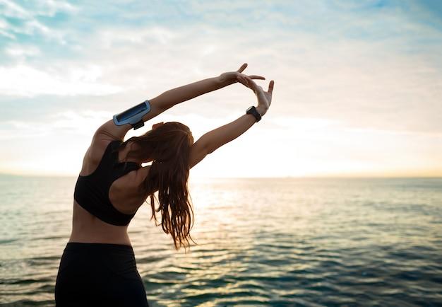 Het beeld van jonge mooie fitness vrouw maakt sportoefeningen