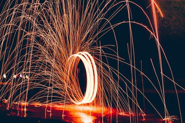 Het beeld van lange belichtingen die roteren in een cirkel en rondspringen in verschillende kleuren