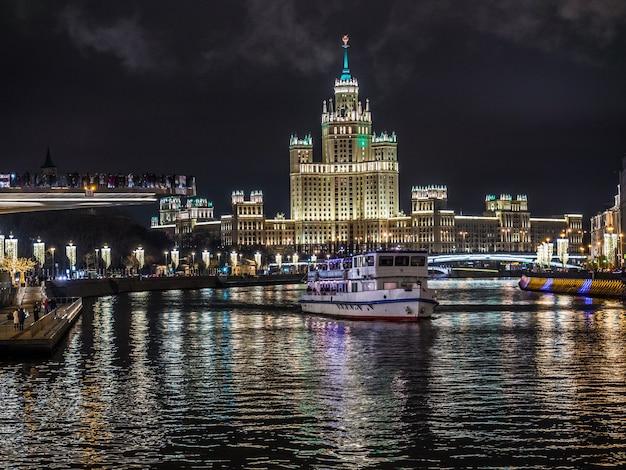Het beeld van nacht moskou en het hoge gebouw