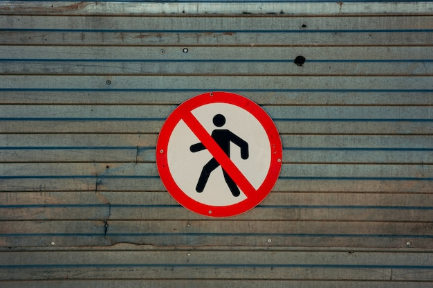 Het beeld van teken dat doorgeven aan voetgangers verbiedt.