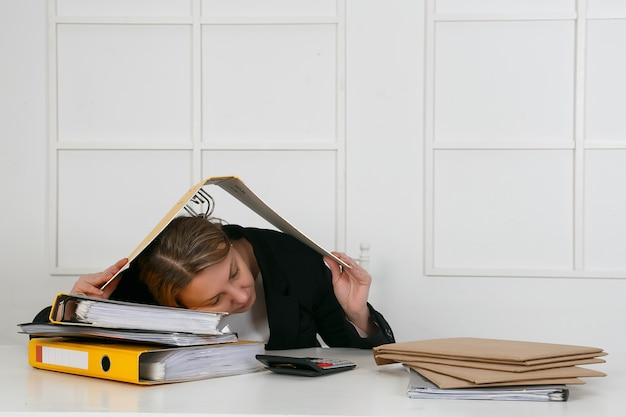 Het beeld van vrouwenslaap aan het werk in grappig stelt