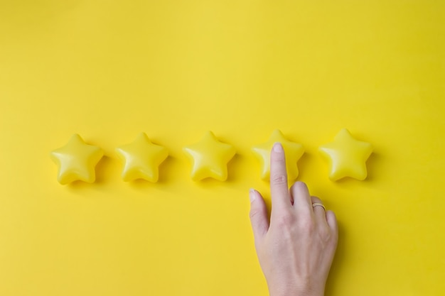 Het begrip beoordeling. de hand van de klant geeft een beoordeling van vier sterren. beoordelingsservices, het concept