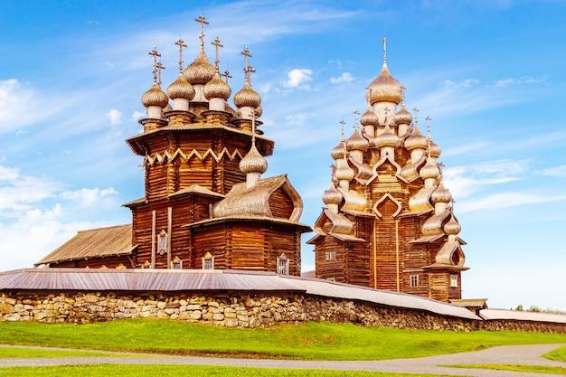 Het belangrijkste ensemble van het openluchtmuseum van kizhi. monumenten van houten architectuur: kerken en een klokkentoren. kizhi-eiland, karelië, rusland.
