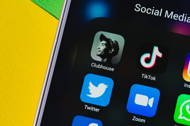 Het belangrijkste populaire clubhuis, tik tok, instagram, facebook, whatsapp, snapchat, youtube, twitter en op het scherm van je smartphone close-up