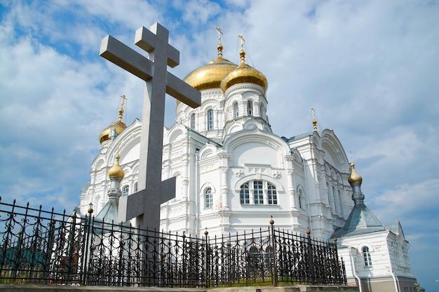 Het belogorsky-klooster op de achtergrond van de blauwe hemel met wolken.