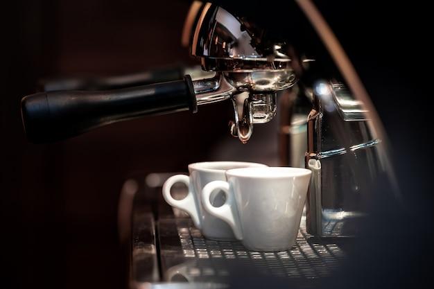 Het bereiden van dubbele espressokoffie op een professionele machine