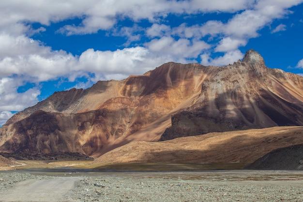 Het berglandschap van de himalaya langs de snelweg van leh naar manali in india