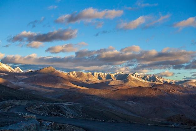 Het berglandschap van de himalaya langs de snelweg van leh naar manali tijdens zonsopgang in india