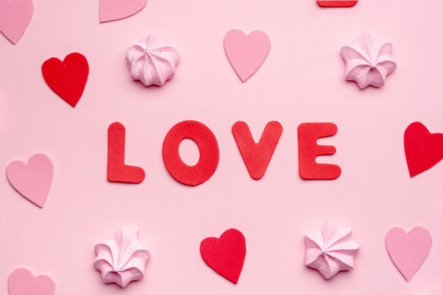 Het bericht van de valentijnskaartendag met schuimgebakje en harten
