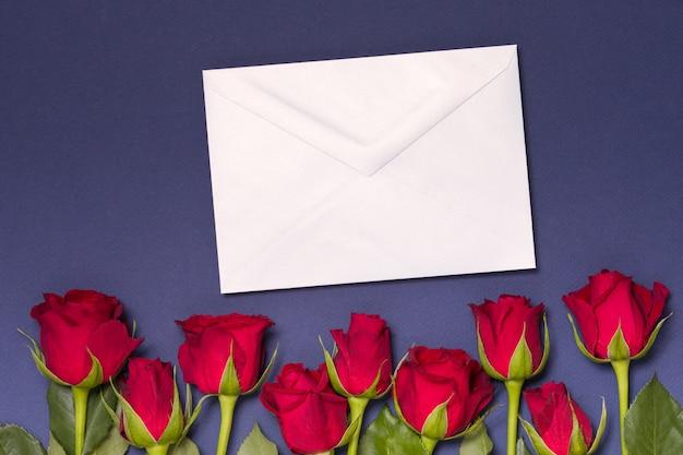 Het berichtachtergrond van de valentijnskaartendag, naadloze blauwe achtergrond met rode rozen, nota