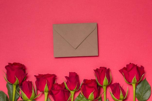 Het berichtachtergrond van de valentijnskaartendag, naadloze rode achtergrond met rode rozen, nota
