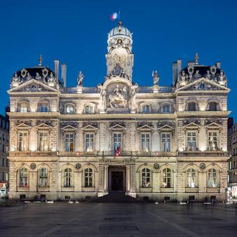Het beroemde plein terreaux in de stad lyon 's nachts, frankrijk.
