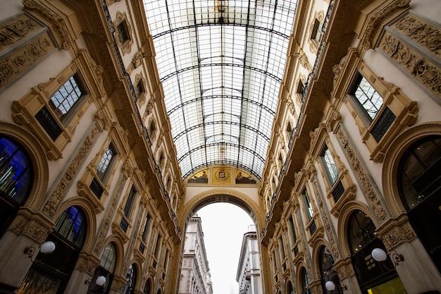 Het beroemde winkelcentrum vittorio emanuele ii, een van de belangrijkste mijlpalen in milaan