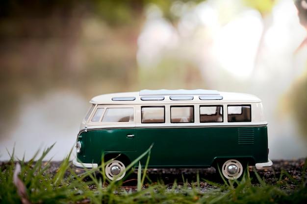 Het bestelwagenstuk speelgoed van de close-up vervoer en rivierachtergrond