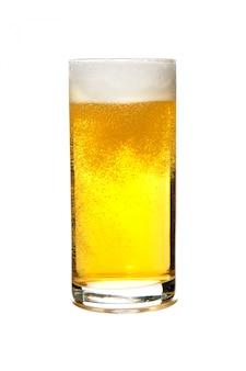 Het bier van de lagerbierontbijt in een glas op witte achtergrond wordt geïsoleerd die