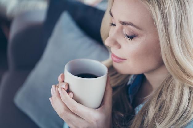 Het bijgesneden portret van de close-upmening van vrouw drinkt koffie