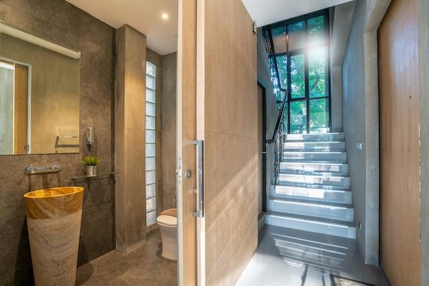 Het binnenlandse ontwerp van het ganghuis met trede en badkamers in het huis of huis