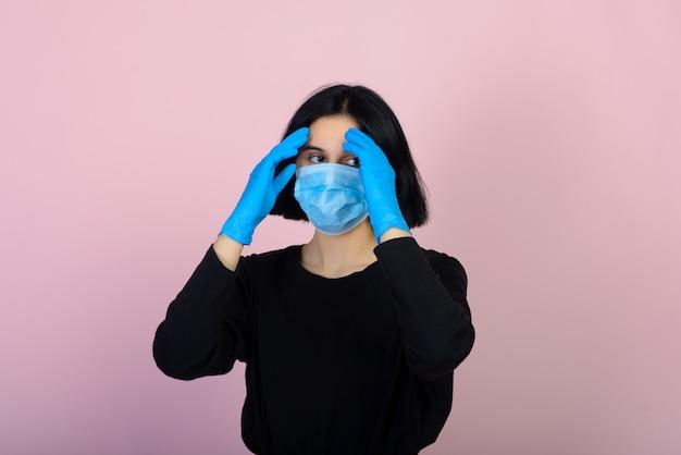 Het blanke meisje in blauw gekleurde beschermend gezichtsmasker. het meisje. portret geschoten. virus en bescherming tegen vervuiling.