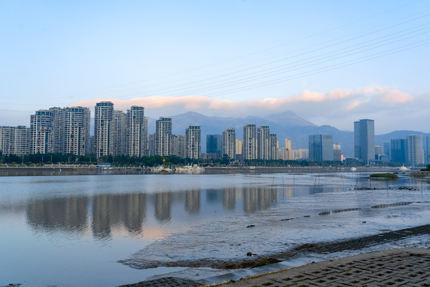 Het blauwe gebouw in fuzhou staat aan de rivier