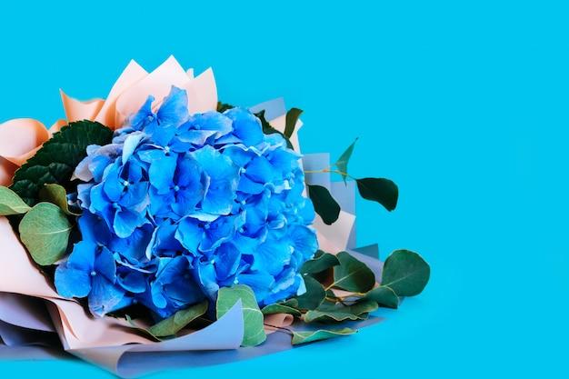 Het blauwe hydrangea hortensia geïsoleerde boeket van achtergrondbladeren