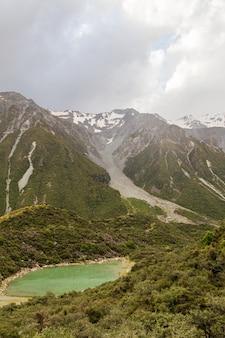 Het blauwe meer is groen gletsjer volgt zuidereiland nieuw-zeeland