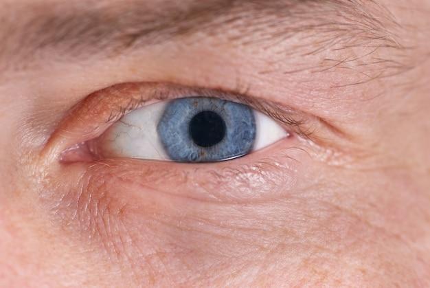 Het blauwe oog van de man. macro portret close-up