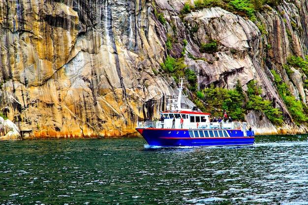 Het blauwe schip op de achtergrond van majestueuze kliffen