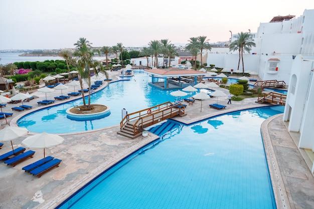 Het blauwe zwembad ligt vlakbij het atelier tegen de achtergrond van de blauwe zee.