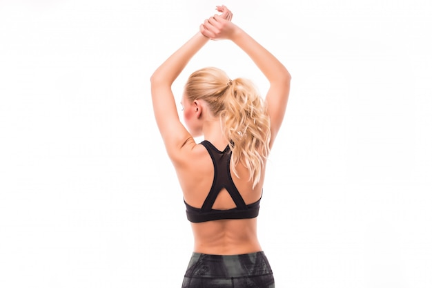 Het blonde met lang haar doet sporten voor haar terug geïsoleerd op wit