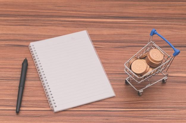 Het boek ligt op het bureau, het concept houdt van lezen en schrijven