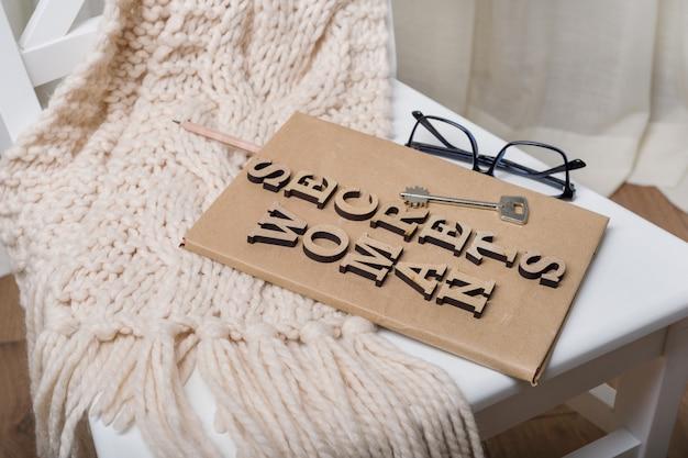 Het boek ondertekend met houten letters vrouw geheimen,