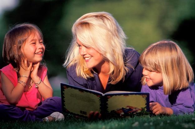 Het boek van de vrouwenlezing aan meisjes in gras