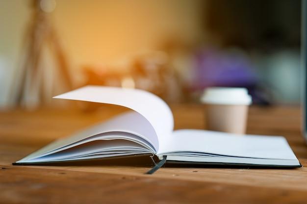 Het boek wordt op een bureau geplaatst. het concept van het lezen met kopie ruimte.