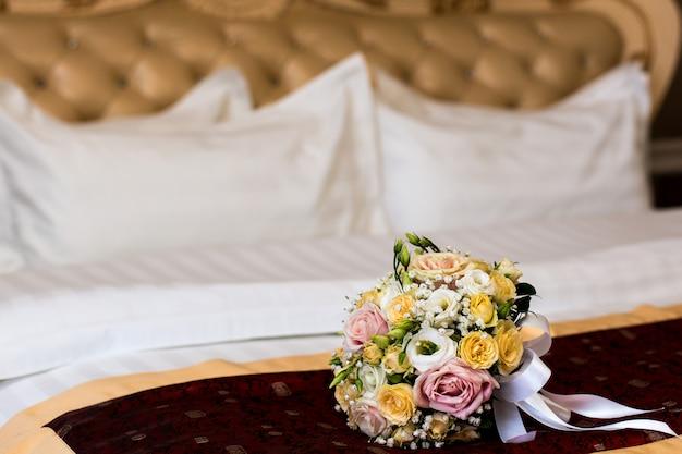 Het boeket van de bruid op het bed