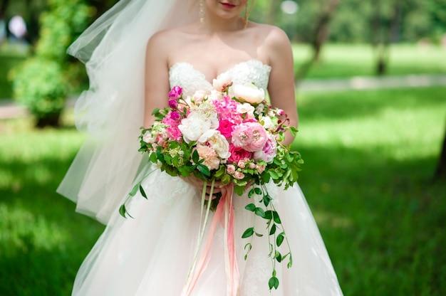 Het boeket van de bruidholding