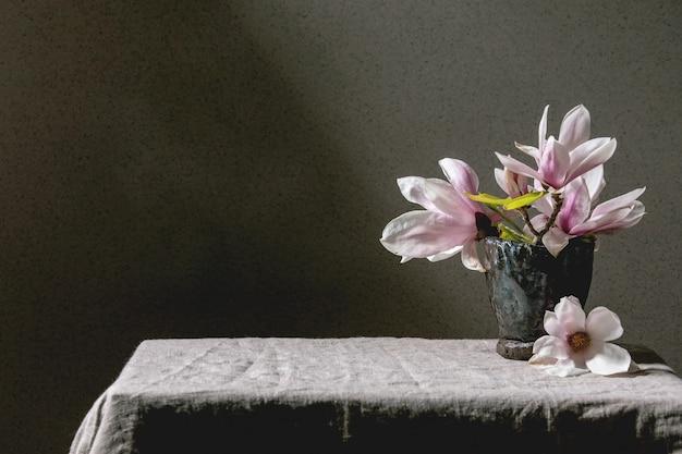 Het boeket van magnolia bloeit achtergrond