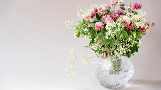Het boeket van roze klaver bloeit bloemenachtergrond