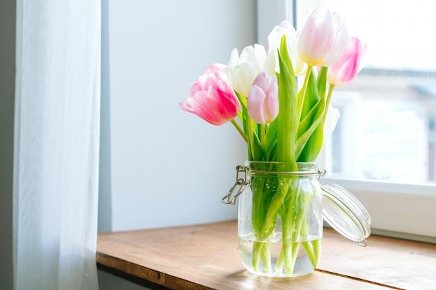 Het boeket van verse bloemen op een lijst, sluit omhoog