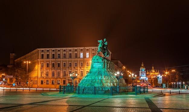 Het bogdan khmelnitsky-monument en het mikhailovsky-klooster in kiev
