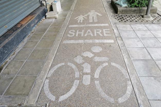 Het bord deelt wandel- en fietsstroken op het voetpad. soft focus.