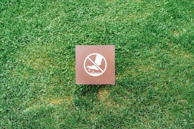 Het bord is om niet over het gras en gazon te lopen