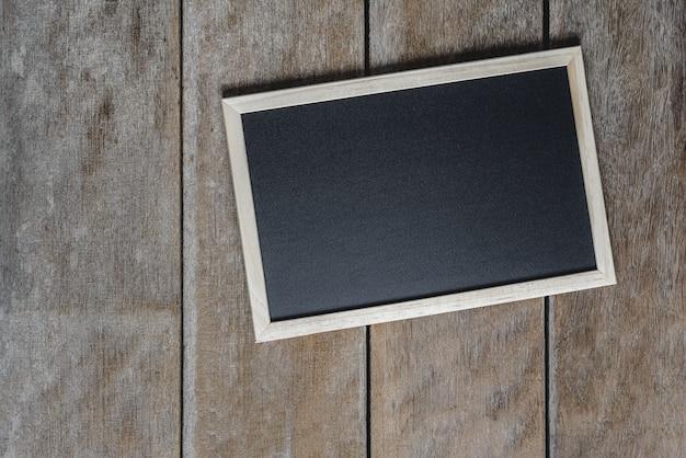Het bord op de stand op houten vloer