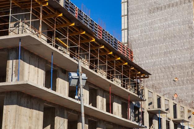 Het bouwproces van monolithisch bouwen met meerdere artikelen. betonnen en metalen frame van vloerplaten en kolommen.
