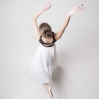 Het bovenaanzicht van de tiener ballerina op wit