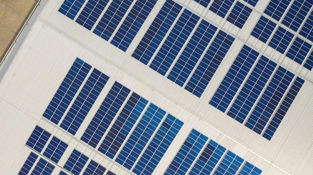 Het bovenaanzicht van de zonnecellen op het dak gemaakt met de drones